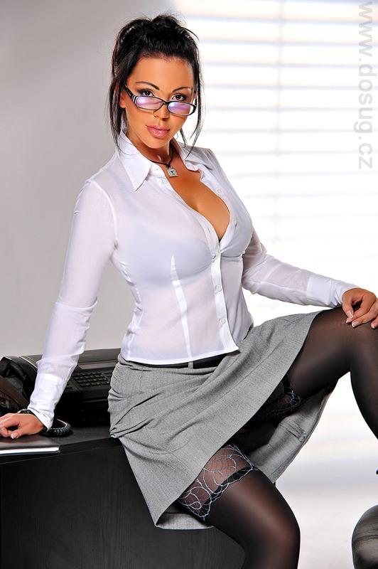 Фото самые секс с грудастой секретаршей в очках огромных пилоток