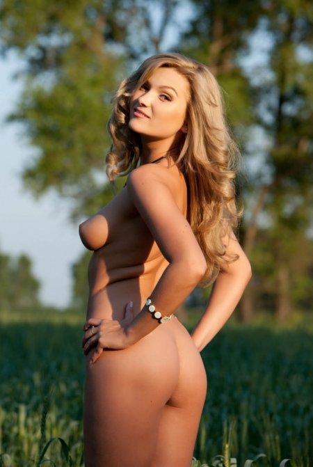 Блондинка с острыми сосками на лугу (ФОТО)