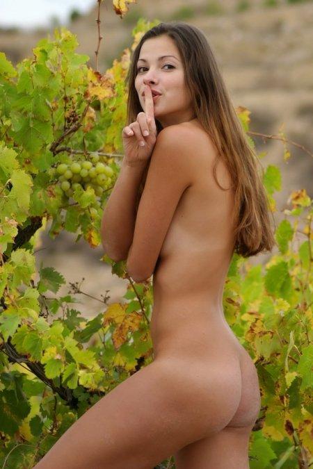 Чика светит пиздой в винограднике (ФОТО)