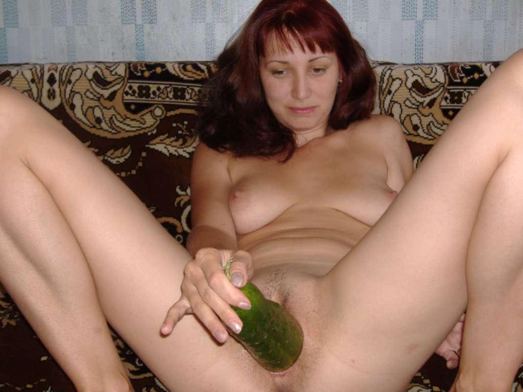 Порно мастурбируют агурцом