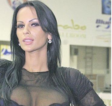 Самая большая грудь Румынии Adina Barbu полностью разделась (ФОТО)