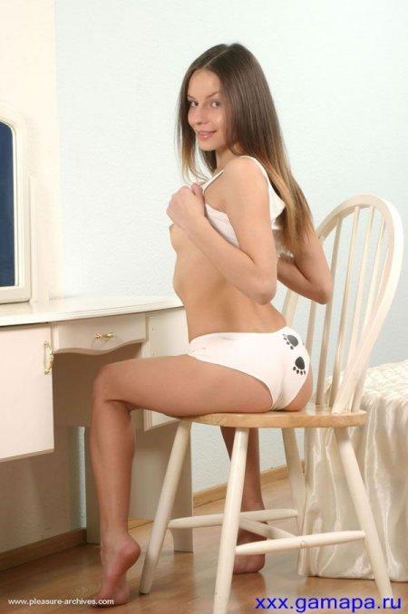 Нежная молоденькая брюнетка снимает трусики (ФОТО)