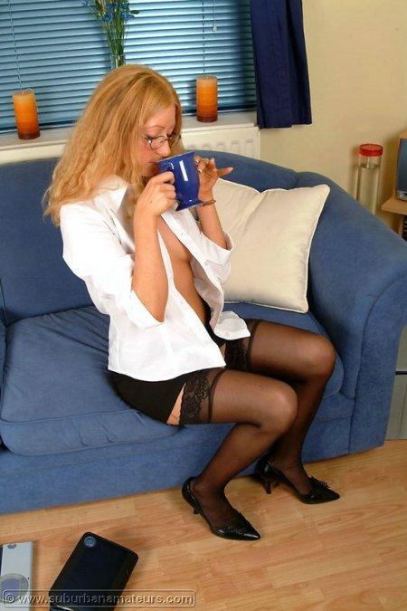 Молоденькая секретарша в очках (ФОТО)