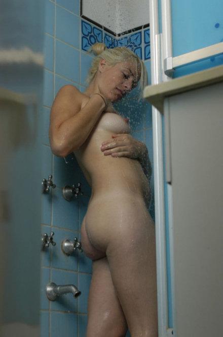 Смотреть порно онлайн подглядывал за зрелыми тетками в душе