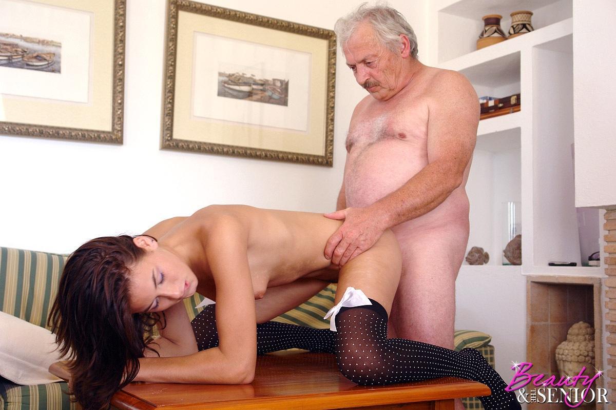 Порно видео смотреть сарый дедушка ебет доч