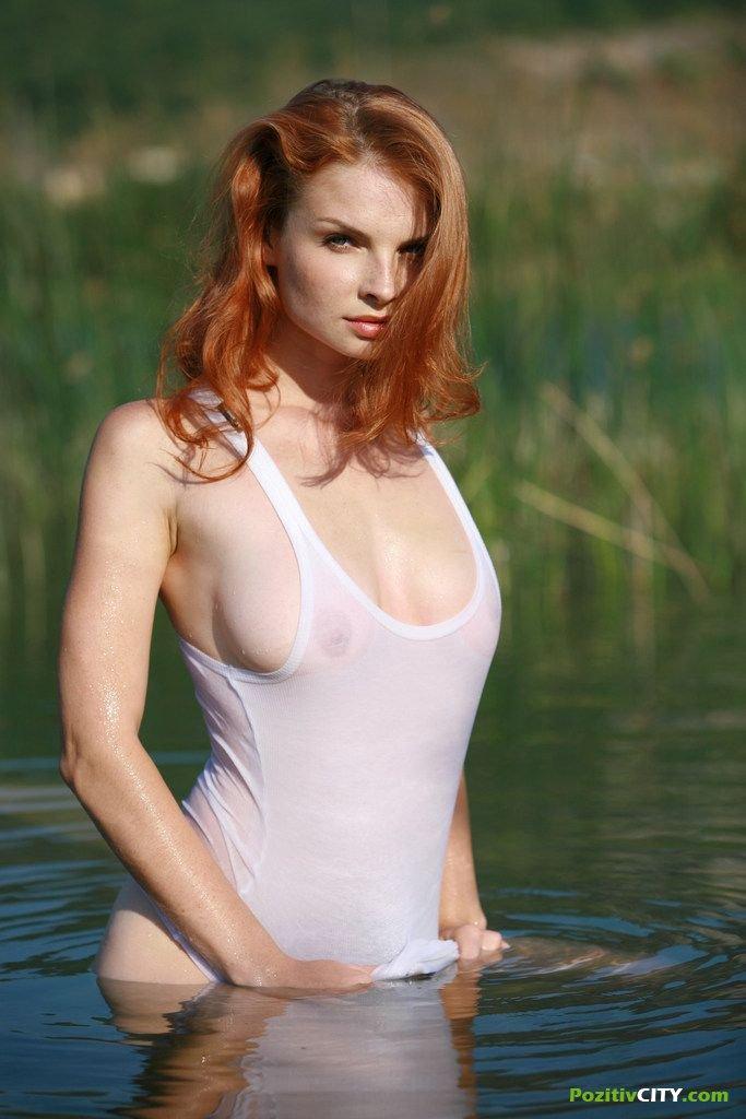 эро фото девушки в прозрачных майках и футболках
