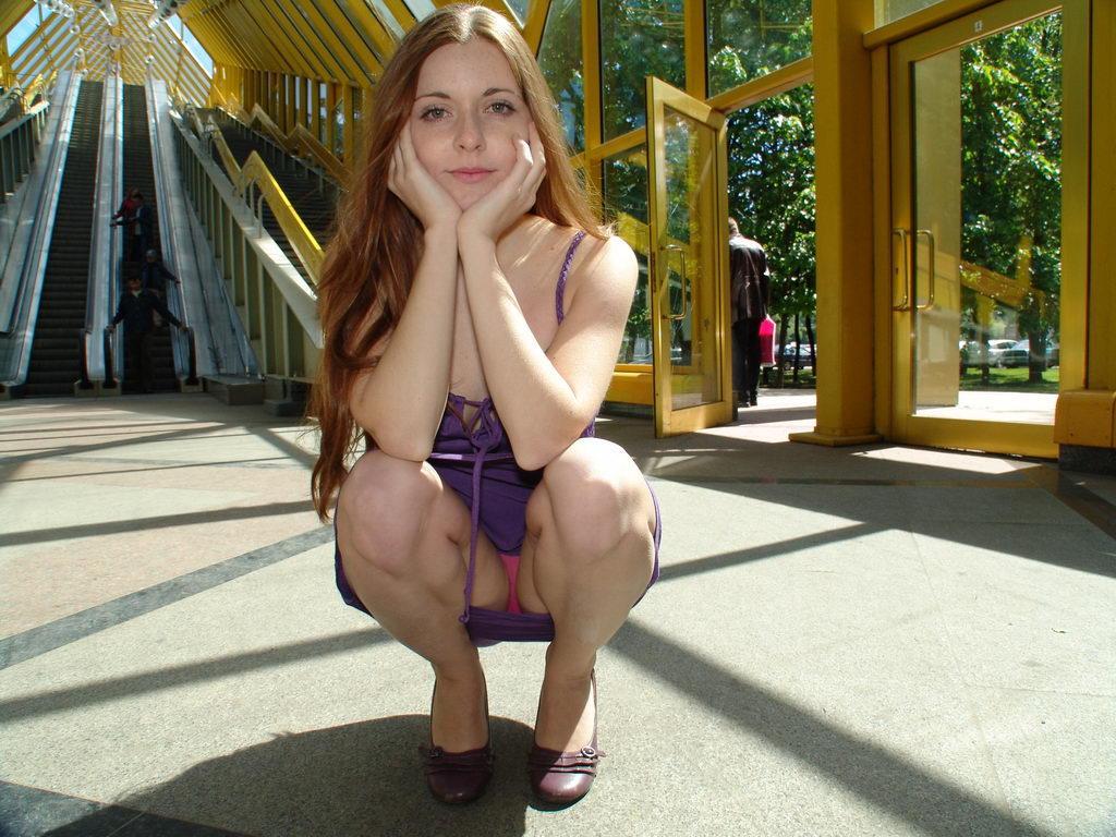 Случайные засветы девушек без трусов