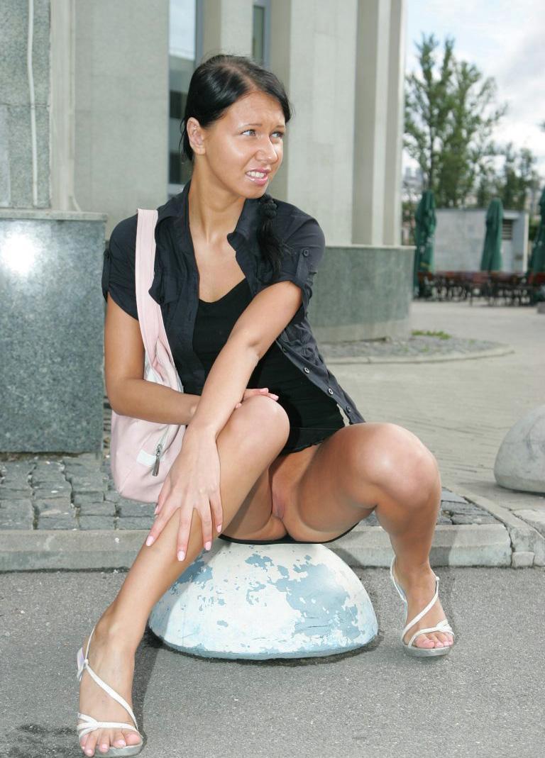 Девушка гуляет по городу в мини без трусов (ФОТО) | Журнал эротики ...