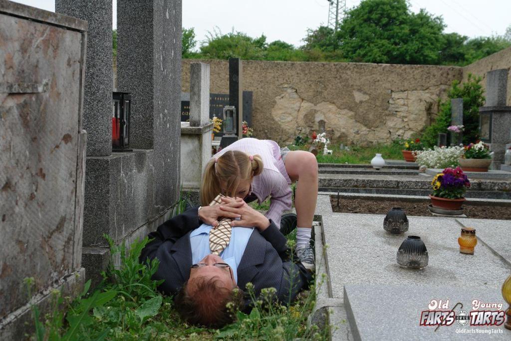 секс на кладбише