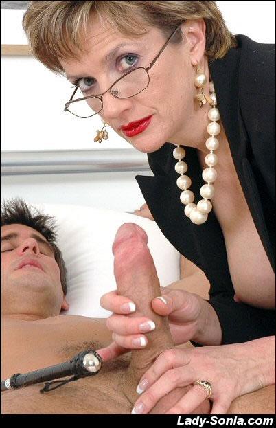 Зрелая красивая дама дрочит и сосет хуй парню