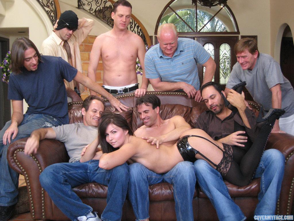 толпа мужчин на одну