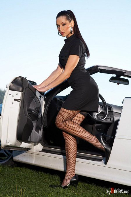 Брюнетка показывает свой пухлый вареник у авто (ФОТО)