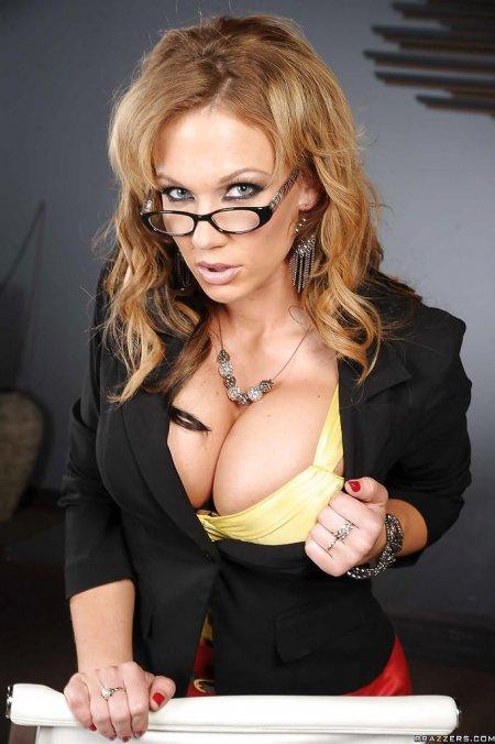 Офисная секси красотка в очках (ФОТО)