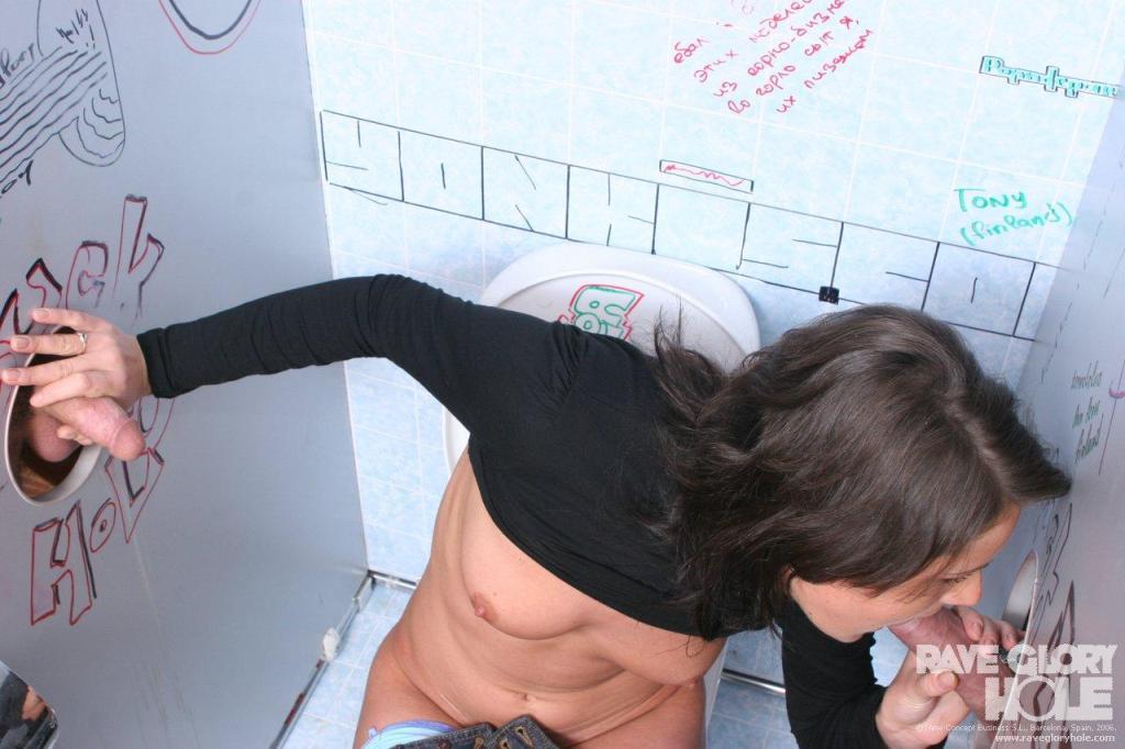 Порево через дырки в туалетах в клубах — pic 13