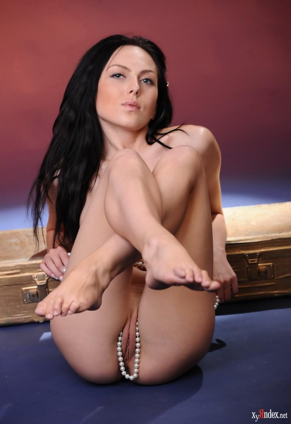 Длинноногие красотки голые видео пизды, две брюнетки с большими сиськами