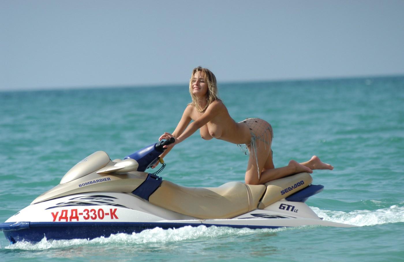 Порно фото на скутер рот член снимают