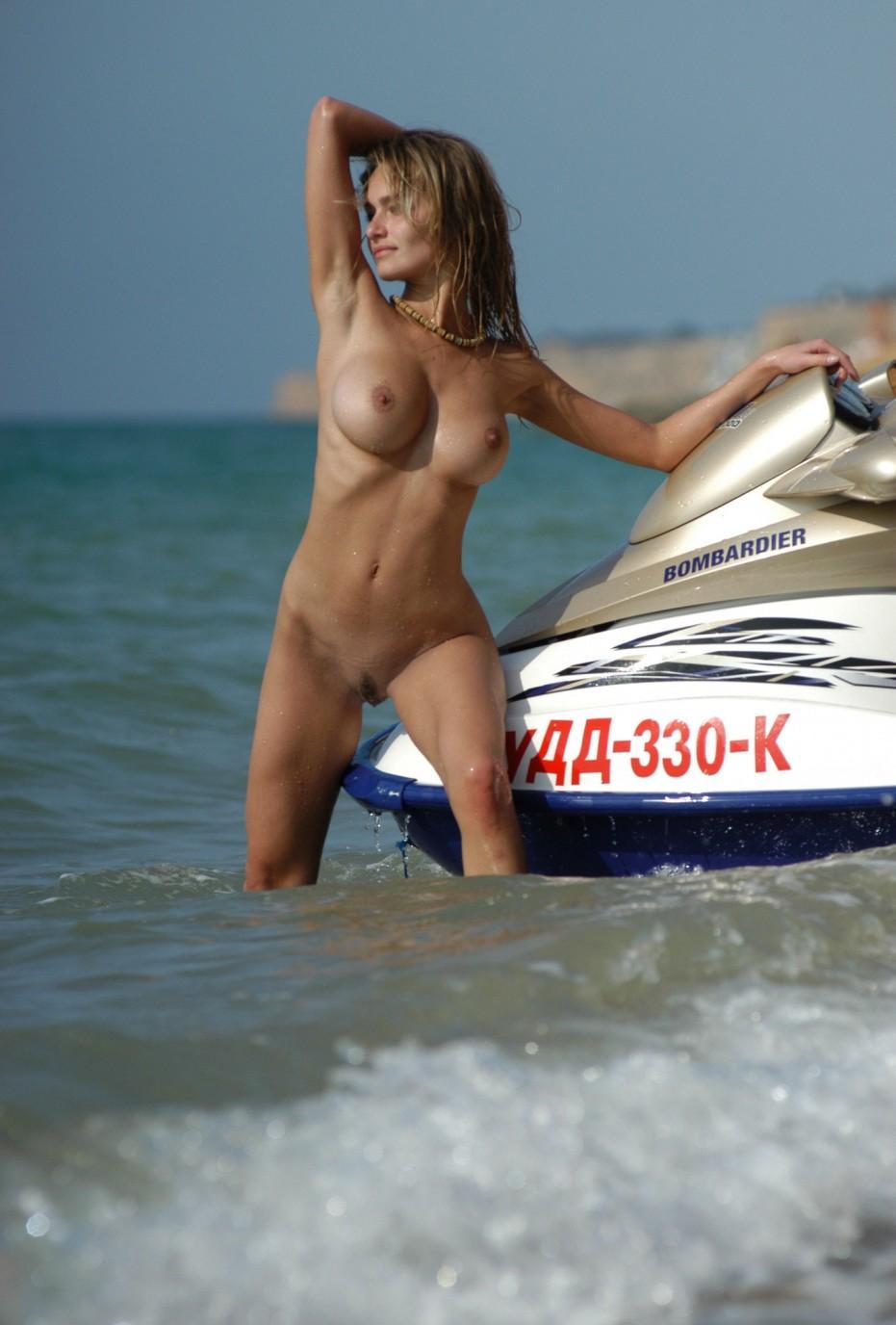 Фото голая на скутере 21 фотография