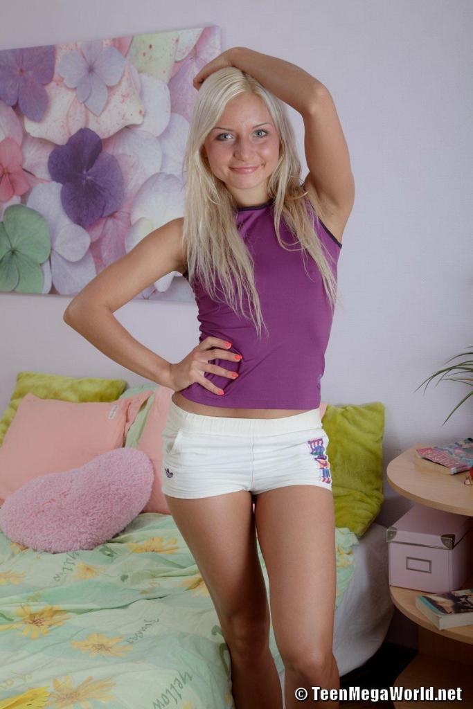 Эротические фото улыбчивой блондинки в чулках