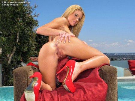 Жопастая блондинка в красном бикини (ФОТО)