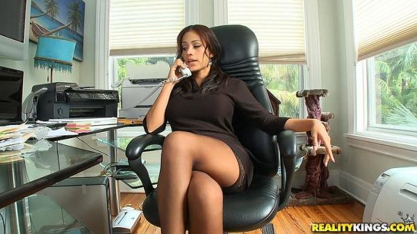 эро фото девушек в офисе