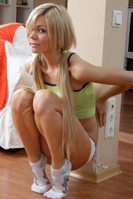 Юная блондинка с косичками снимает белые шорты (ФОТО)