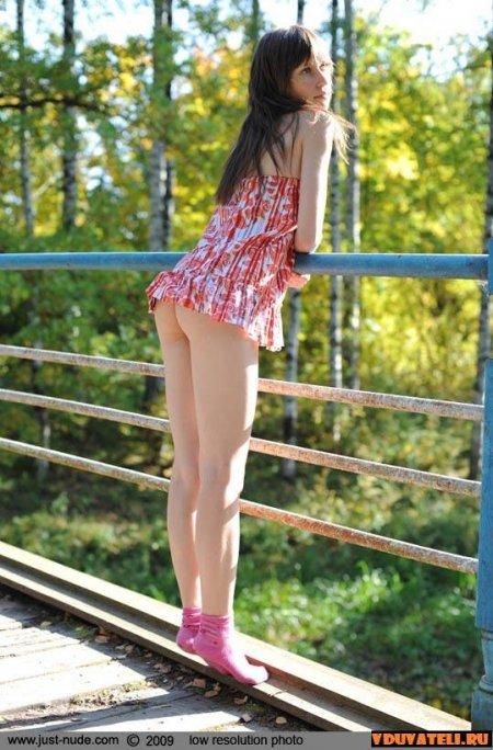Летняя девушка на мостике и без трусов (ФОТО)
