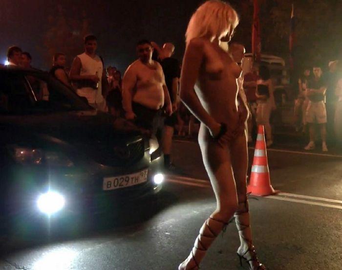 Публичный стриптиз девушки на автогонках видео
