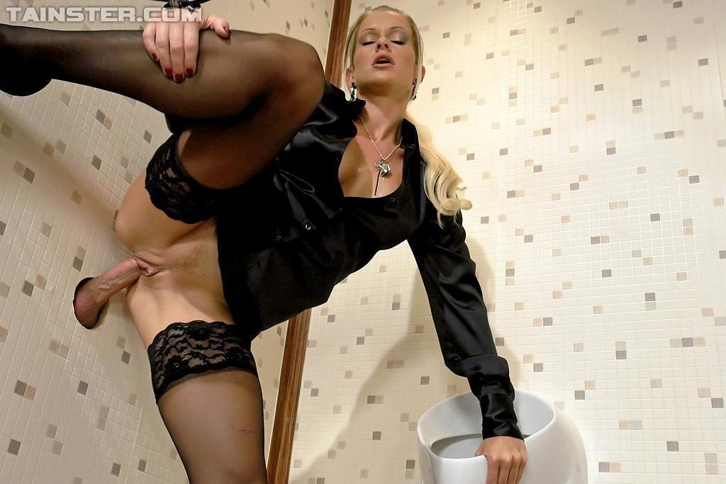 видео порно с красавицей в чулках через стенку