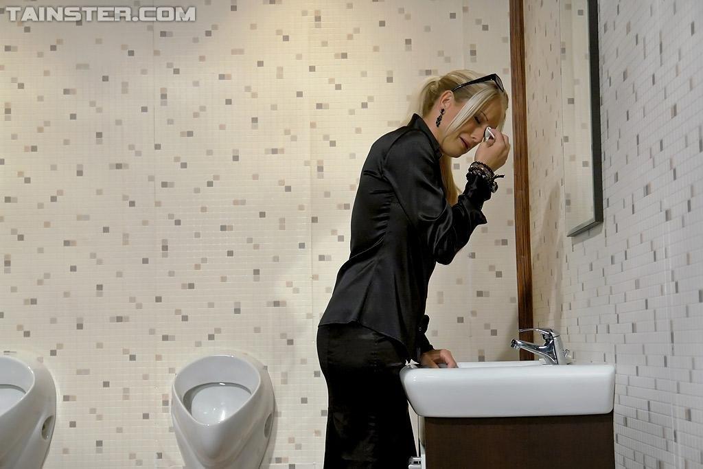 натурал сосет гею в туалете