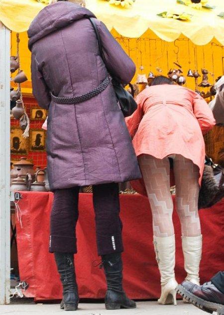 У девушек под юбкой и между сисек (ФОТО)