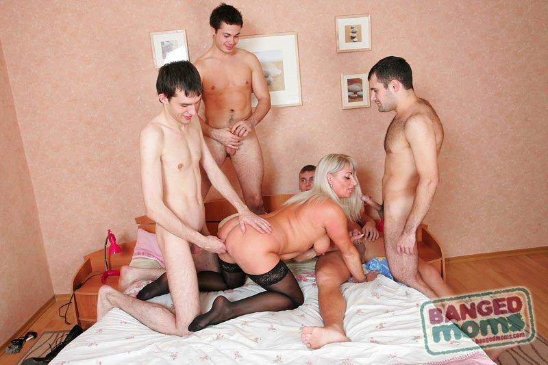 Фото секс зрелых сыновей их сыновей и друзей фото 334-986