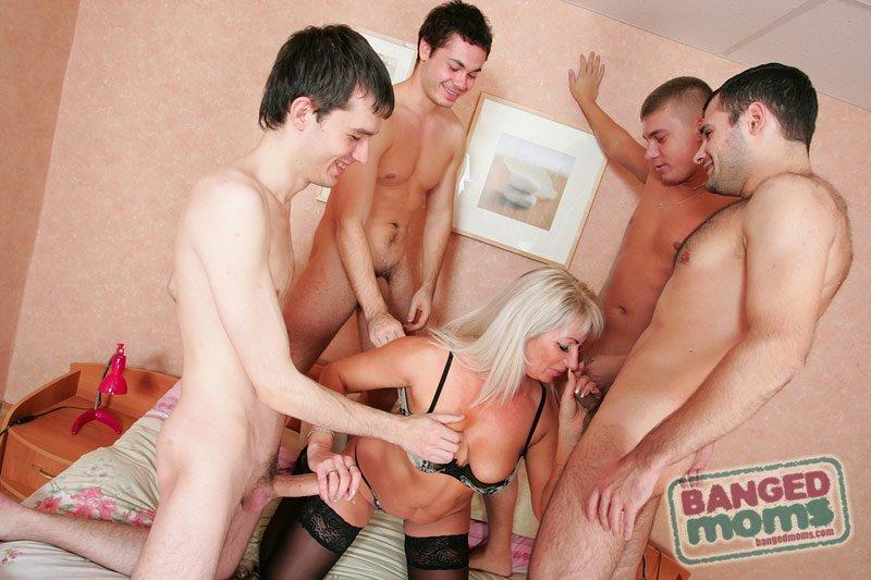 Порно сын с друзьями мать по кругу 99946 фотография