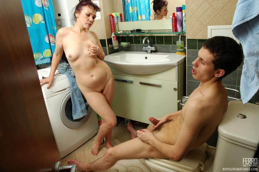 Порно Мать Зашла В Туалет А Там Сын Дрочит