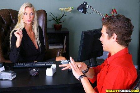 Директрису трахает юный менеджер из офиса (ФОТО)