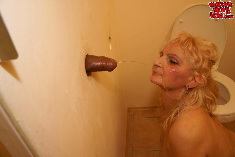 Торчащий член в дырке туалета фото без видео