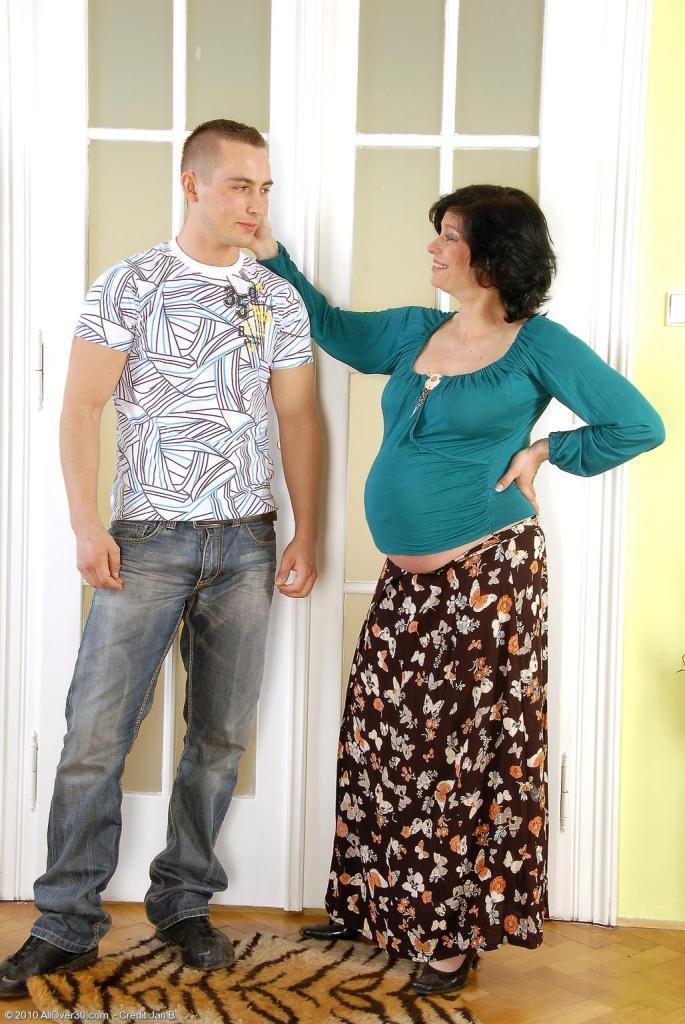 Трахают беременную мать