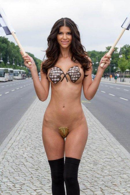 Немецкая певица Микаэла Шефер голышом на улице (ФОТО)