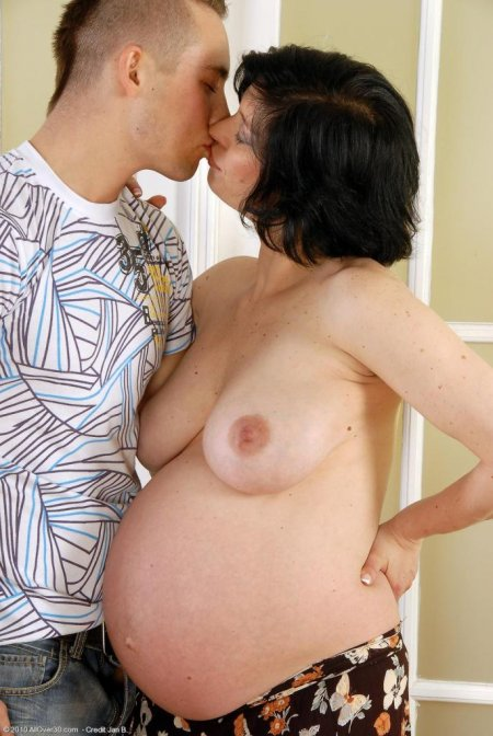 Мама минет сыну. пухлые губки. беременные брюнетки. секс с беременными. уро