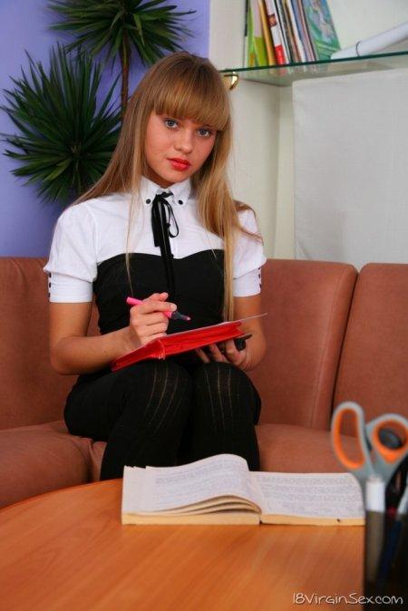 Смазливая первокурсница пробует член на вкус (ФОТО)
