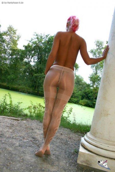 Грудастая блондинка в колготках без трусов (ФОТО)