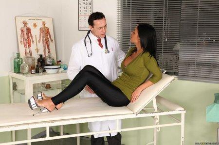 Грудастая брюнетка на приеме у маммолога (ФОТО)