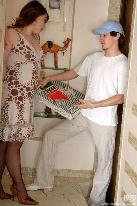 Доставка пиццы с сексом на дом (ФОТО)
