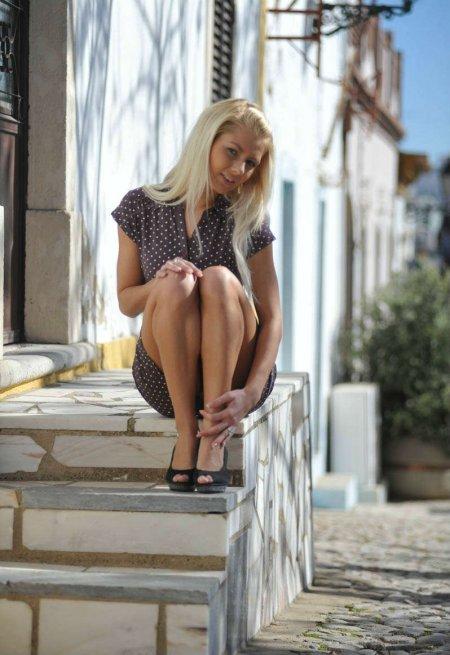 Застенчивая блондинка в белоснежных трусиках (ФОТО)