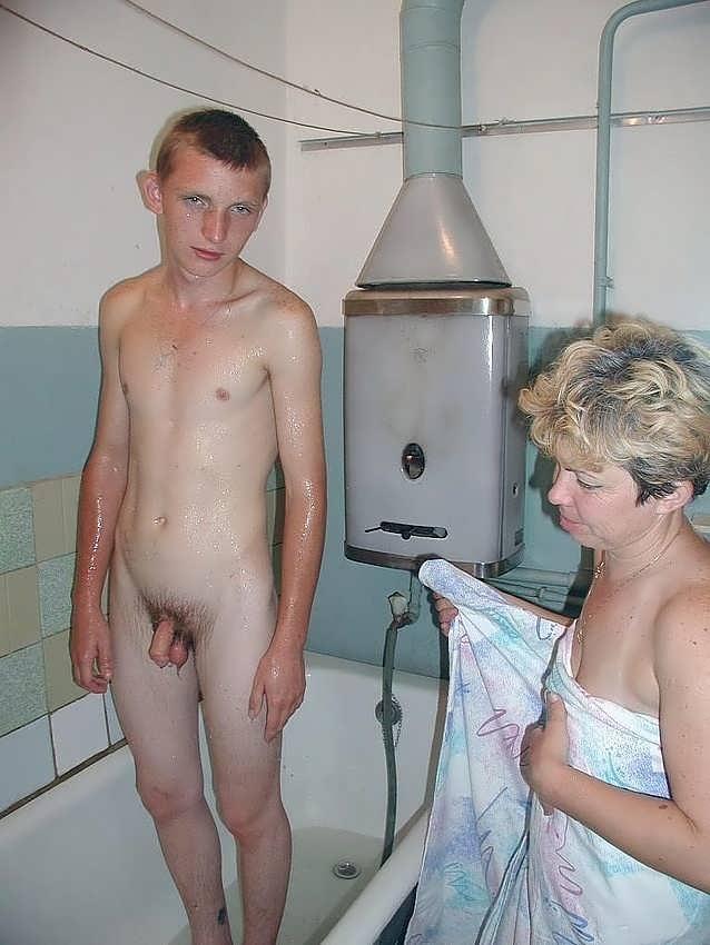 Порно с бабушкой в ванной