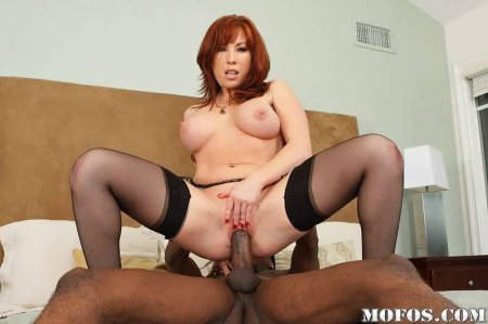 Рыжая мамаша развлекается с черным членом (ФОТО)