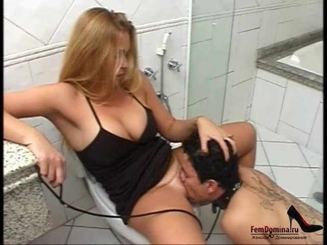 Ролики лижет в туалете у русских девок