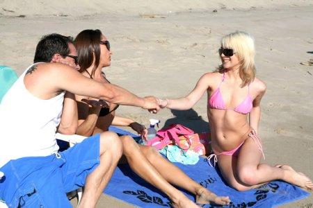 Мужлан снял на пляже мать и ее дочь (ФОТО)
