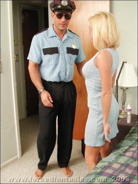 Полицейский насилует блондинку в ее доме (ФОТО)
