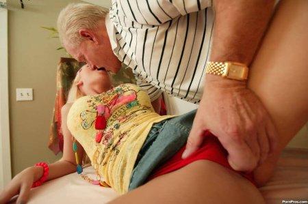 Дед делает грудастой чике массаж вагины (ФОТО)