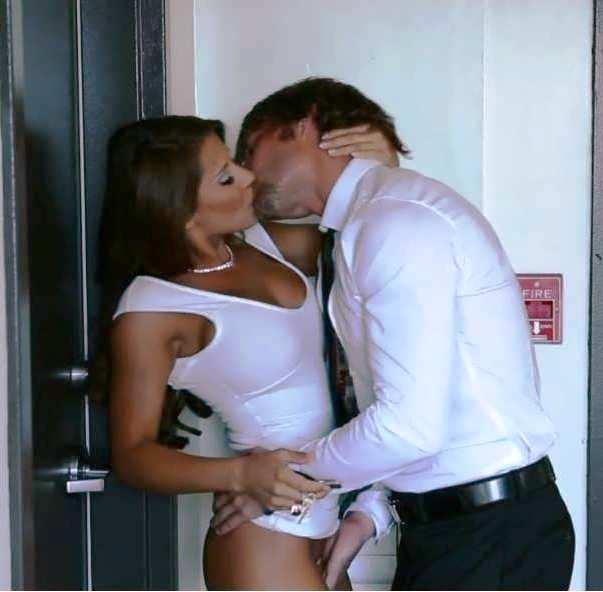 геи в лифте порно